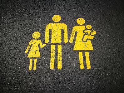 この記事では、携帯乗り換え(MNP)によって家族の携帯電話回線をドコモにまとめるメリットとお得な契約方法を紹介しています。 携帯電話の事業者を一つにまとめることは、請求の一本化、データ容量の分け合い、インターネットや固定電話などの他サービスとの連携という点でメリットがあります。同時契約や家族回線の設定による端末契約料金の割引などが受けられる場合もあります。期間限定・店舗限定となっているキャンペーンが多いですが、多額の割引を受けられる可能性もありますので、ドコモの公式サイトと販売店のサイトをチェックしてみましょう。